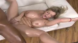 سكس سارة جاي مزيتة جسمها لتغرى الافريقى