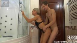 سكسي في الحمام تدخل خلف ابنها لينيكها