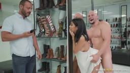 سكس في المحل من رجل مفحول العضلات