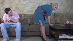 سكس مع الشغالة تخضع للابن حتى لا يطردها