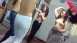 رقص بنات قحبات عاريات سكرانين من الديسكو